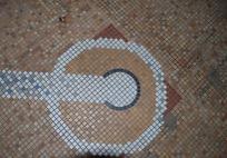 現在も床にはレイモンド夫人がデザインされたティのモザイク画が残されている。