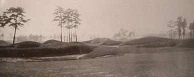 *写真と図 東京ゴルフクラブ旧朝霞コース(1932年)  2番ホールの左にある巨大なバンカー群は、折り返す5番ホールのバンカーとしても  共有された。