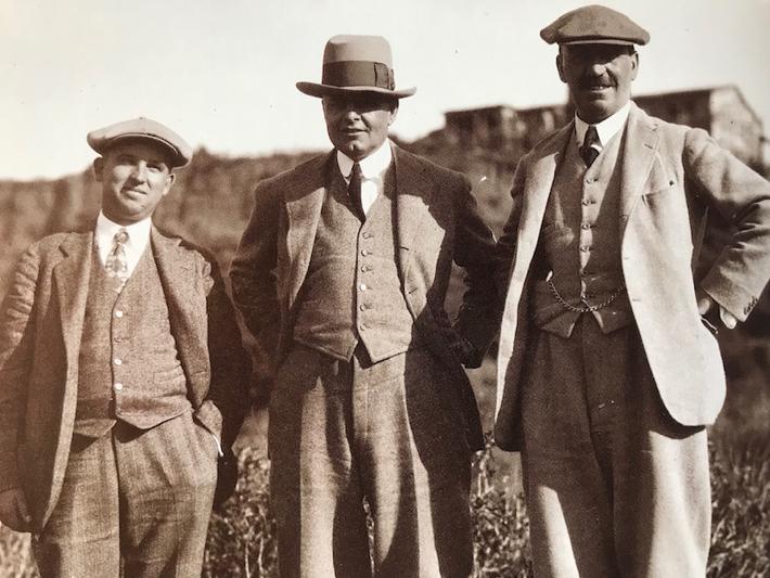 * 左からBilly Bell, George Thomas Jr, Alister Mackenzie リビエラにて 当時は設計家同士が意見を分かち合い、それを作品に取り入れていった。 それはクラシック設計のプロトタイプホール、定義についてがテーマでした。