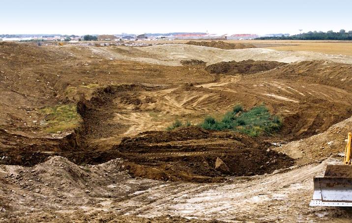 池の掘削、大量の土の移動でスタジアムコースのマウンドは完成する。