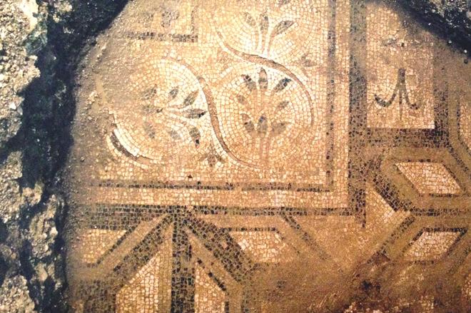 *古くは皇帝アドリアヌス時代からの遺跡やローマンビッラを描くモザイク。